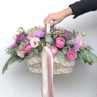 Корзина цветов из пионовидных роз