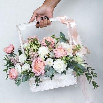 Розы и эустомы в ящичке
